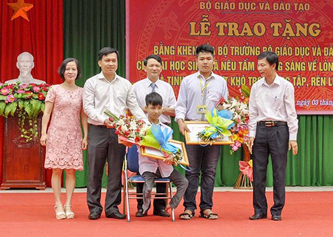 """Hành trình 10 năm cõng bạn khuyết tật đến trường: Dù cõng bạn cả đời, mình cũng sẵn sàng""""-1"""