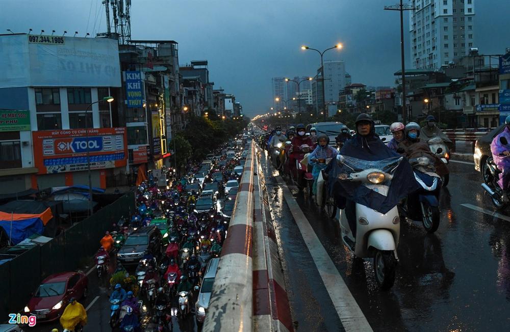 Hà Nội mưa tầm tã, xe cộ bật đèn lúc 8h sáng-1