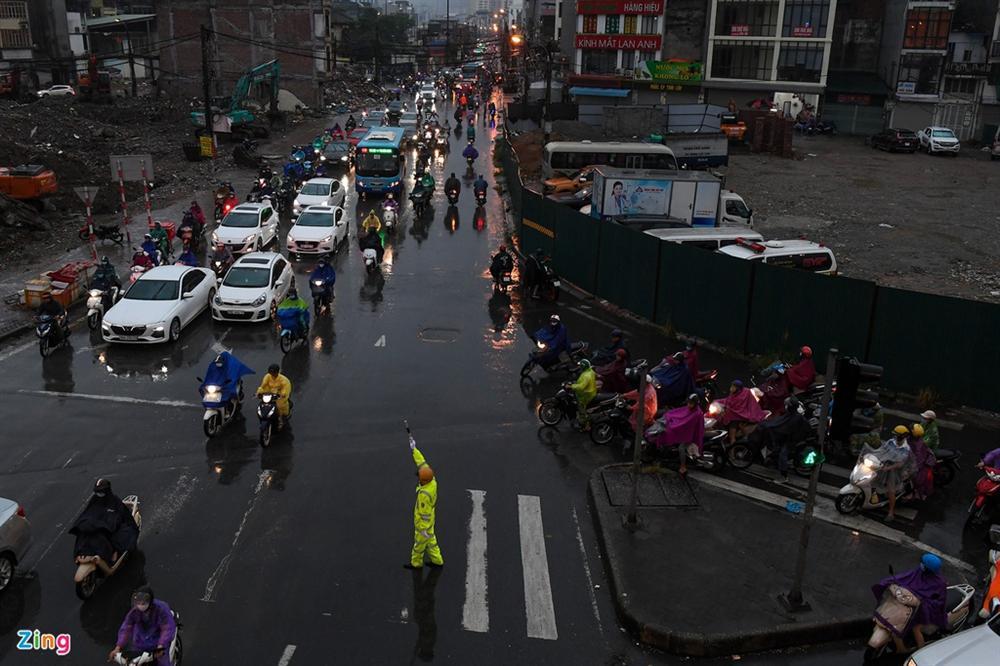 Hà Nội mưa tầm tã, xe cộ bật đèn lúc 8h sáng-2