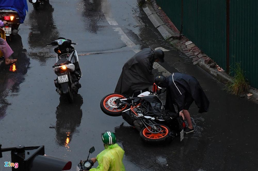 Hà Nội mưa tầm tã, xe cộ bật đèn lúc 8h sáng-3