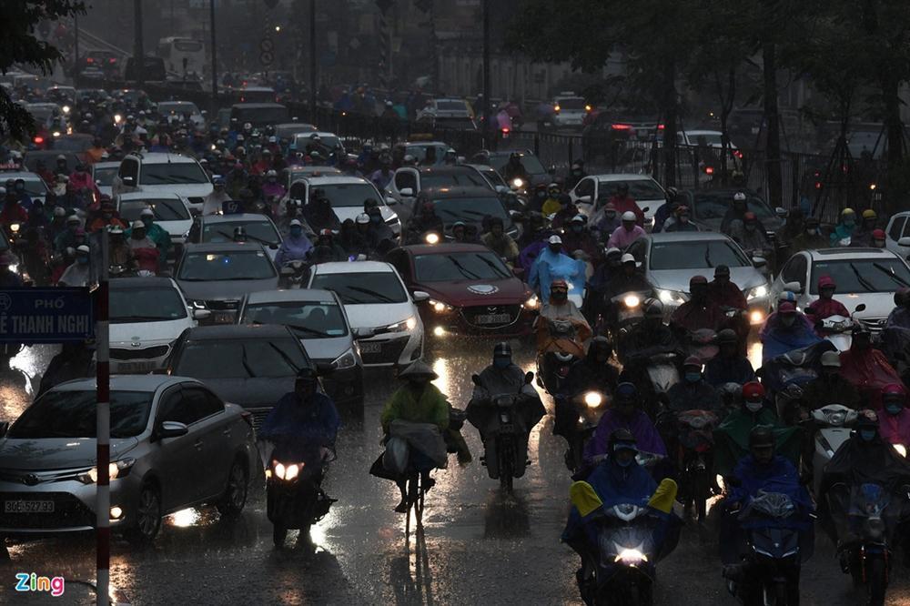 Hà Nội mưa tầm tã, xe cộ bật đèn lúc 8h sáng-4