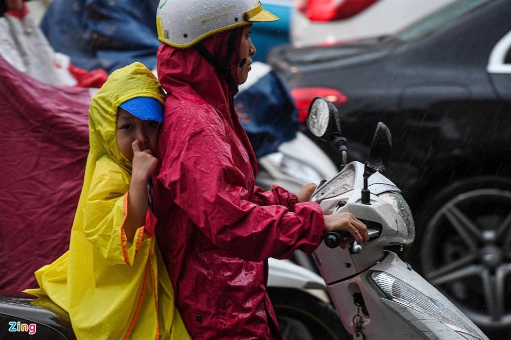 Hà Nội mưa tầm tã, xe cộ bật đèn lúc 8h sáng-6