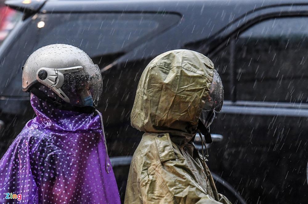 Hà Nội mưa tầm tã, xe cộ bật đèn lúc 8h sáng-7