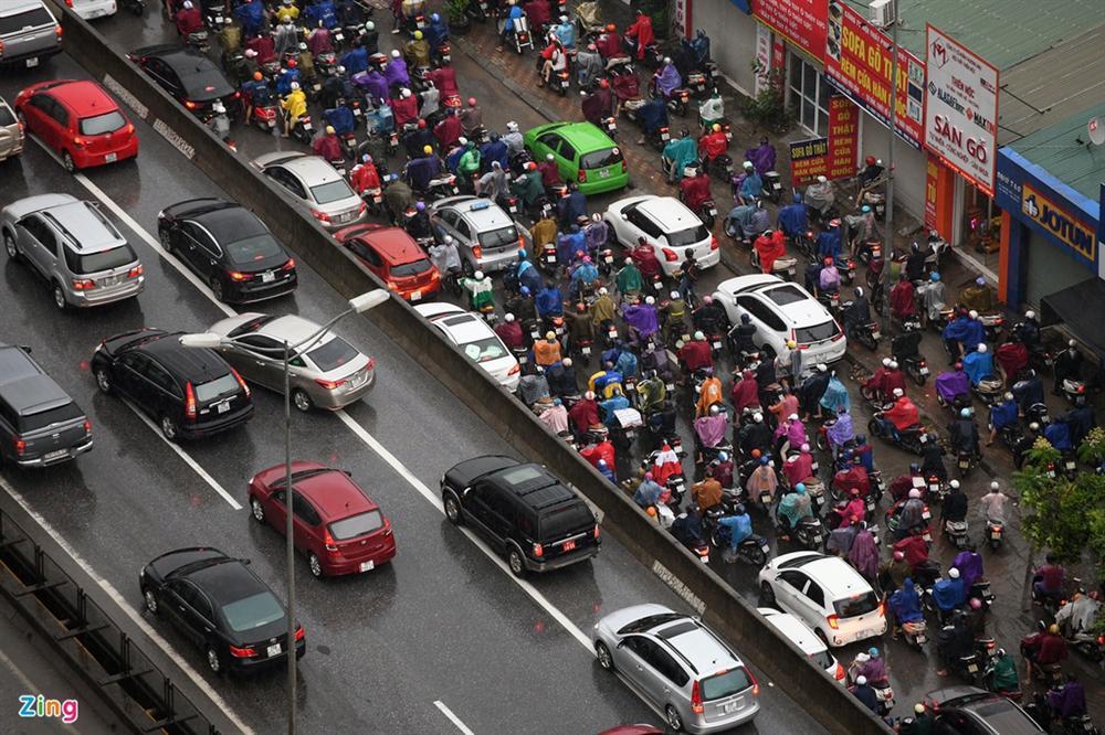 Hà Nội mưa tầm tã, xe cộ bật đèn lúc 8h sáng-8