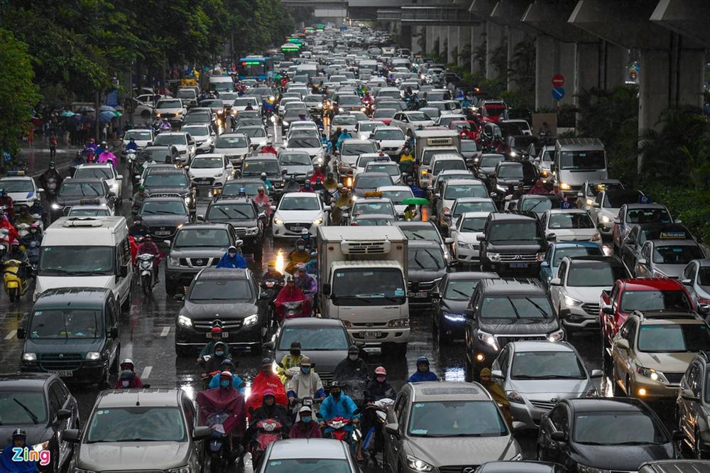 Hà Nội mưa tầm tã, xe cộ bật đèn lúc 8h sáng-9