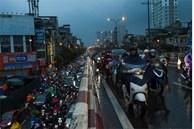 Hà Nội mưa tầm tã, xe cộ bật đèn lúc 8h sáng
