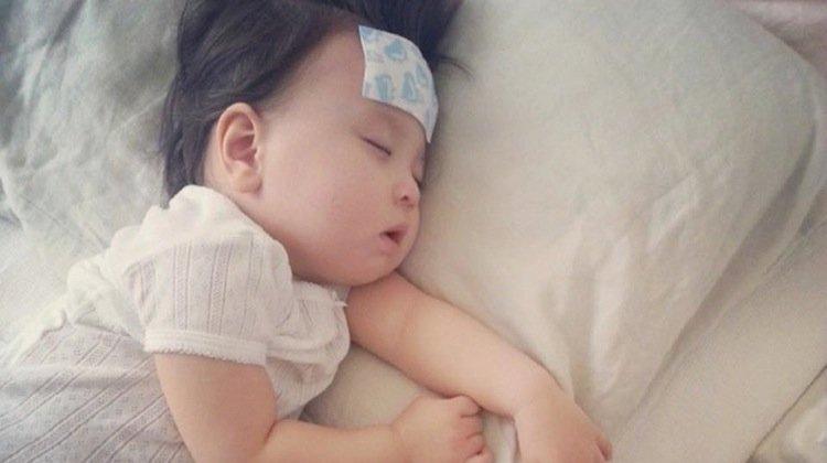 Con 8 tháng tuổi bị sốt cao, người mẹ trẻ đã dùng cách này để hạ sốt khẩn cấp khiến đứa trẻ bị bại não-2