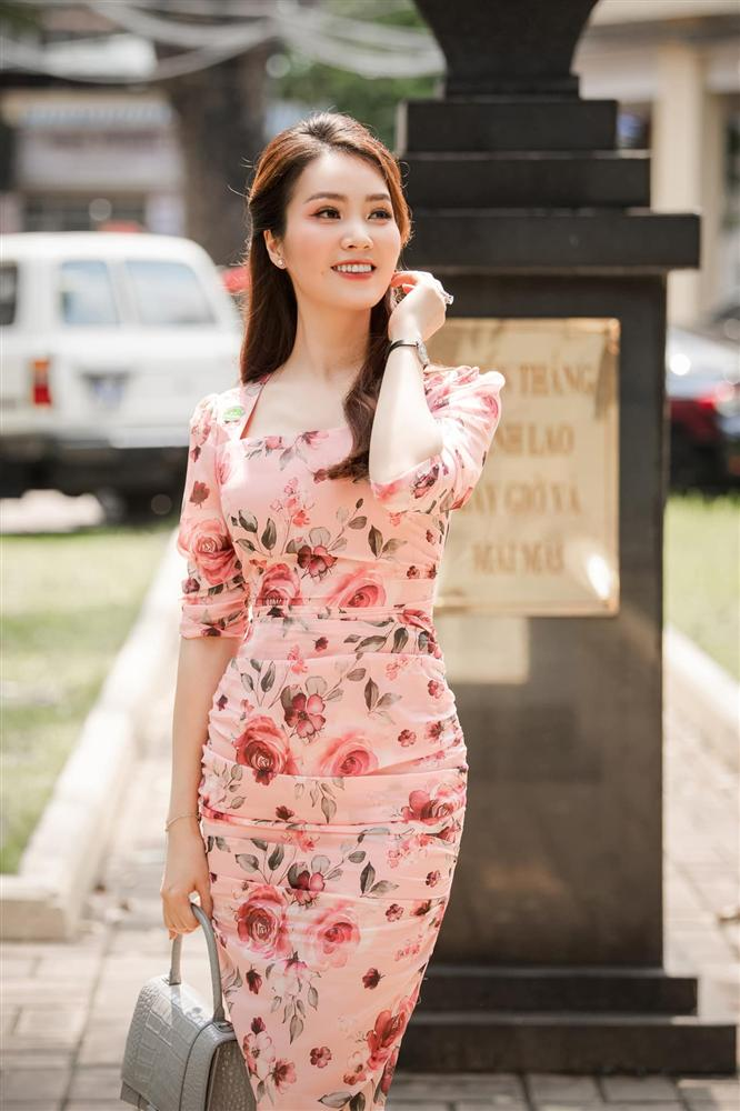 """Á hậu Thụy Vân đúng là Đệ nhất mỹ nhân mê váy hoa"""", diện toàn item dễ mặc mà nàng công sở có thể đu"""" theo-2"""