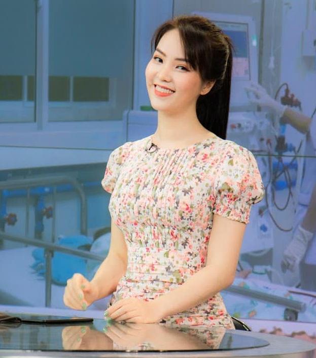 """Á hậu Thụy Vân đúng là Đệ nhất mỹ nhân mê váy hoa"""", diện toàn item dễ mặc mà nàng công sở có thể đu"""" theo-3"""
