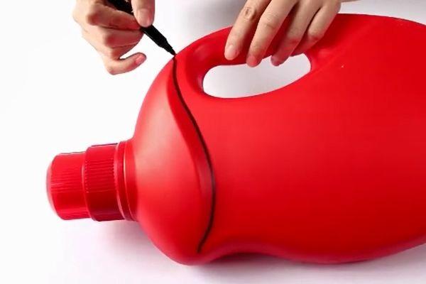 Đừng vội vứt chai nước giặt đi, nếu cắt nó theo hình tròn và treo trong phòng tắm, cả gia đình sẽ đổ xô sử dụng-1