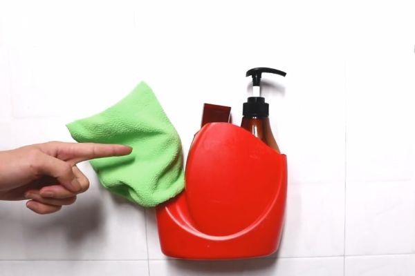 Đừng vội vứt chai nước giặt đi, nếu cắt nó theo hình tròn và treo trong phòng tắm, cả gia đình sẽ đổ xô sử dụng-4