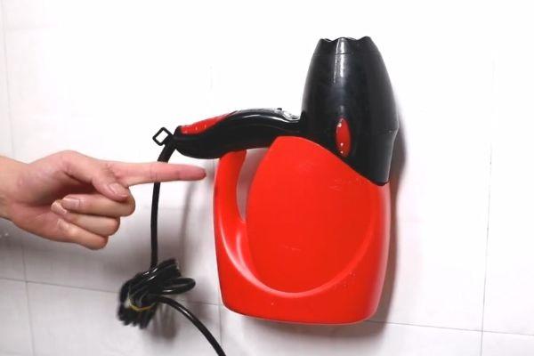 Đừng vội vứt chai nước giặt đi, nếu cắt nó theo hình tròn và treo trong phòng tắm, cả gia đình sẽ đổ xô sử dụng-5