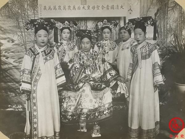 Loạt ảnh cũ về hậu cung của Hoàng đế Quang Tự triều nhà Thanh: Hoàng hậu lưng gù, phi tần có vóc dáng mũm mĩm-1