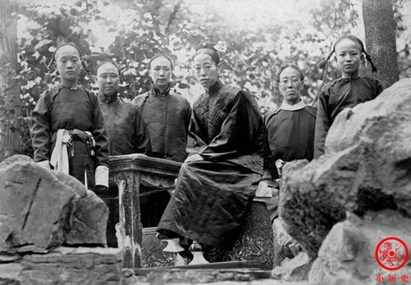 Loạt ảnh cũ về hậu cung của Hoàng đế Quang Tự triều nhà Thanh: Hoàng hậu lưng gù, phi tần có vóc dáng mũm mĩm-4