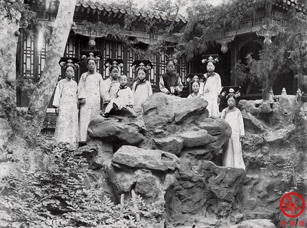 Loạt ảnh cũ về hậu cung của Hoàng đế Quang Tự triều nhà Thanh: Hoàng hậu lưng gù, phi tần có vóc dáng mũm mĩm-5