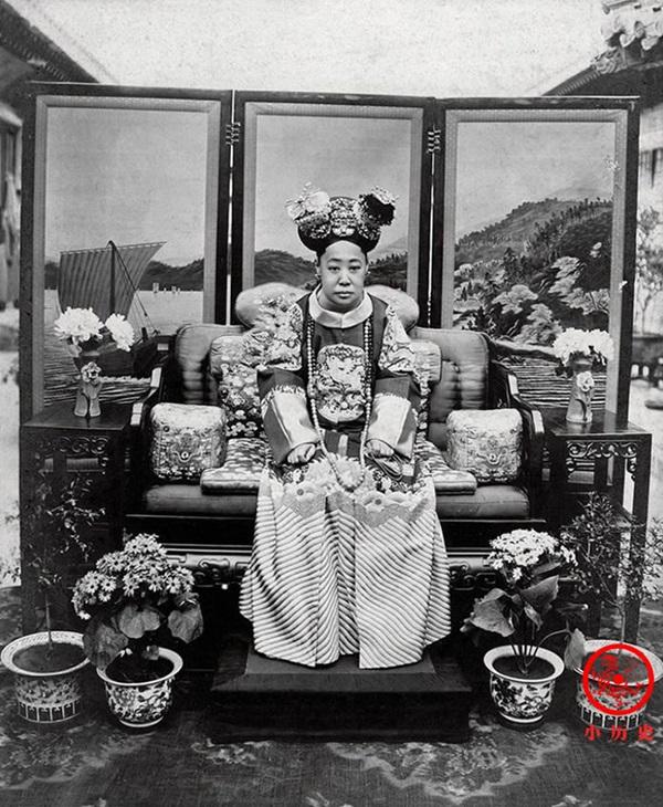 Loạt ảnh cũ về hậu cung của Hoàng đế Quang Tự triều nhà Thanh: Hoàng hậu lưng gù, phi tần có vóc dáng mũm mĩm-6