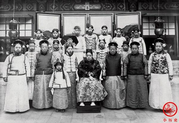Loạt ảnh cũ về hậu cung của Hoàng đế Quang Tự triều nhà Thanh: Hoàng hậu lưng gù, phi tần có vóc dáng mũm mĩm-7