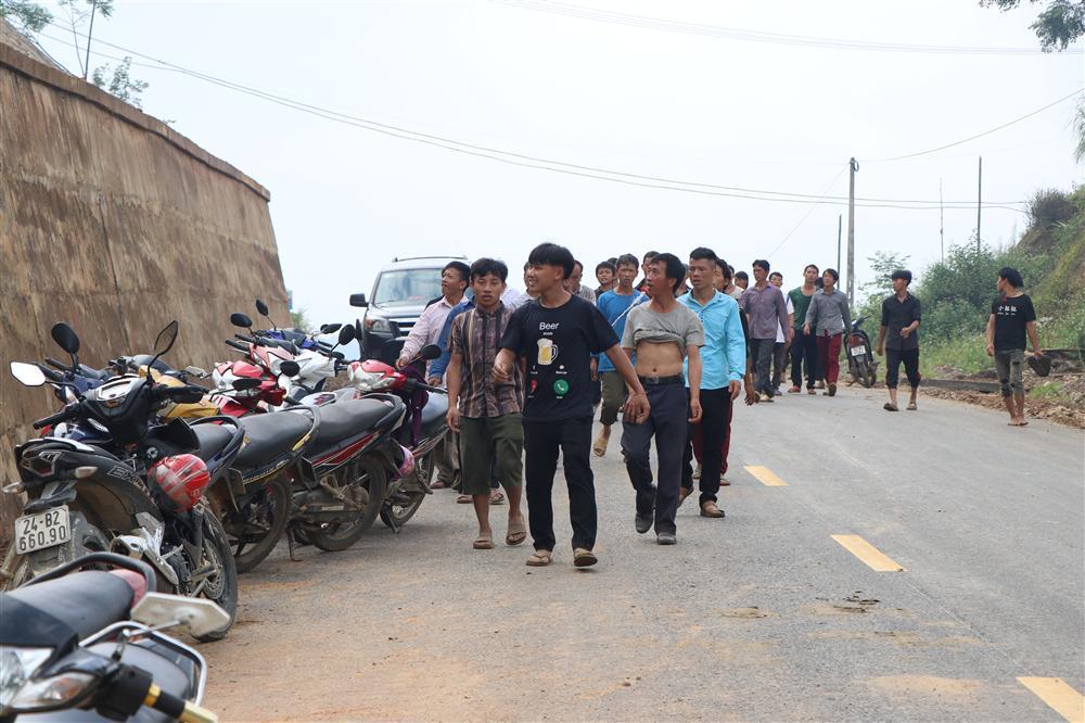 Vụ sập cổng trường ở Lào Cai: Cặp vợ chồng trẻ 2 năm mất 2 con gái, nhà tranh vách đất xiêu vẹo đìu hiu trong đám tang không phông bạt-1