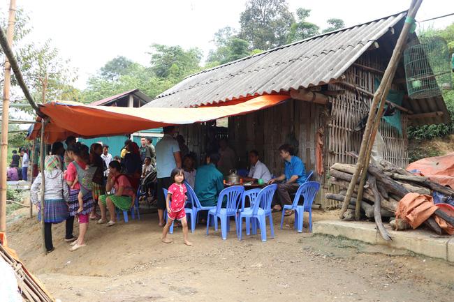 Vụ sập cổng trường ở Lào Cai: Cặp vợ chồng trẻ 2 năm mất 2 con gái, nhà tranh vách đất xiêu vẹo đìu hiu trong đám tang không phông bạt-3