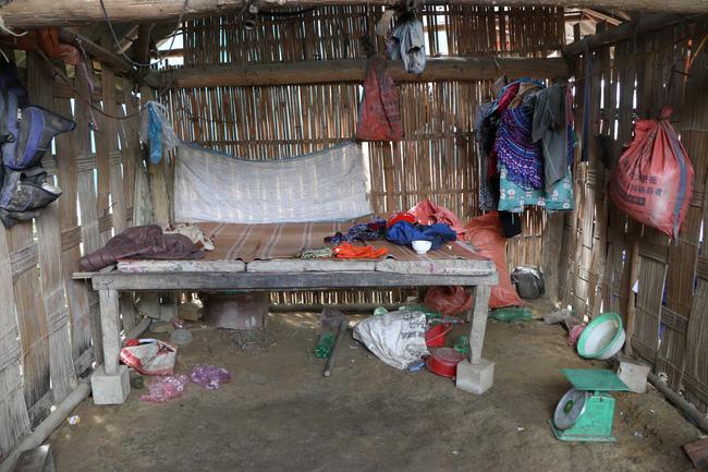 Vụ sập cổng trường ở Lào Cai: Cặp vợ chồng trẻ 2 năm mất 2 con gái, nhà tranh vách đất xiêu vẹo đìu hiu trong đám tang không phông bạt-4
