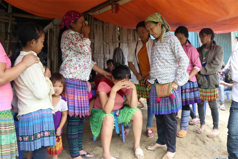 Vụ sập cổng trường ở Lào Cai: Cặp vợ chồng trẻ 2 năm mất 2 con gái, nhà tranh vách đất xiêu vẹo đìu hiu trong đám tang không phông bạt-5