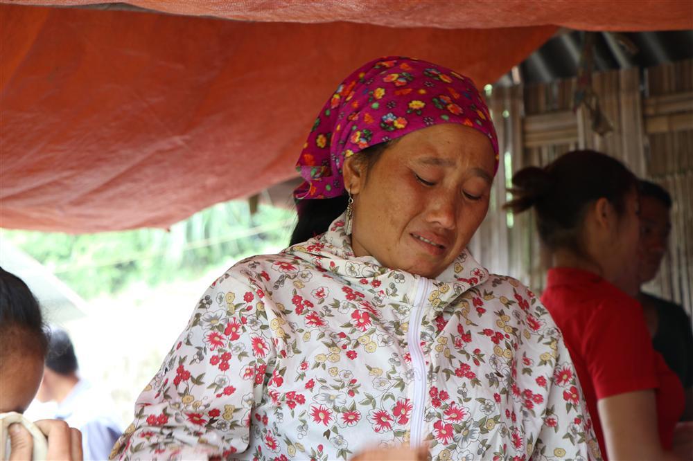 Vụ sập cổng trường ở Lào Cai: Cặp vợ chồng trẻ 2 năm mất 2 con gái, nhà tranh vách đất xiêu vẹo đìu hiu trong đám tang không phông bạt-6
