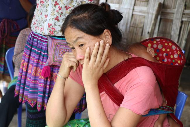 Vụ sập cổng trường ở Lào Cai: Cặp vợ chồng trẻ 2 năm mất 2 con gái, nhà tranh vách đất xiêu vẹo đìu hiu trong đám tang không phông bạt-7