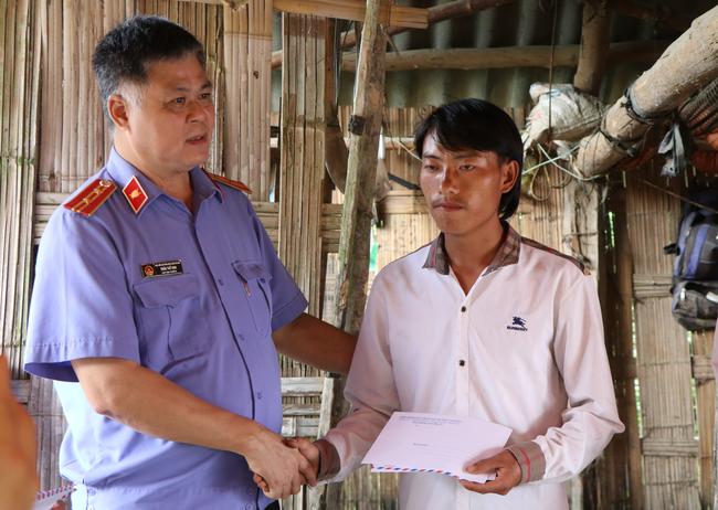 Vụ sập cổng trường ở Lào Cai: Cặp vợ chồng trẻ 2 năm mất 2 con gái, nhà tranh vách đất xiêu vẹo đìu hiu trong đám tang không phông bạt-8