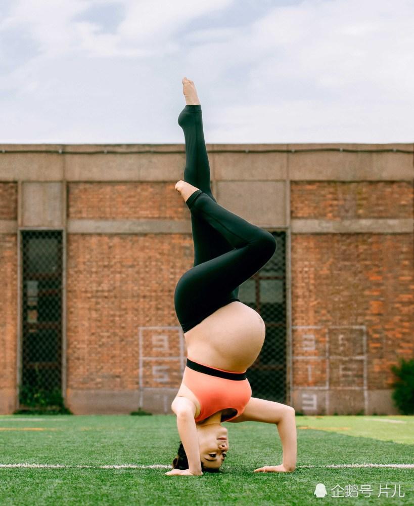 """Tư thế yoga trồng chuối khi mang bầu vượt mặt của nữ hoàng thể dục gây sốc vì quá nguy hiểm: Là một người me, tôi thấy sợ hãi""""-3"""