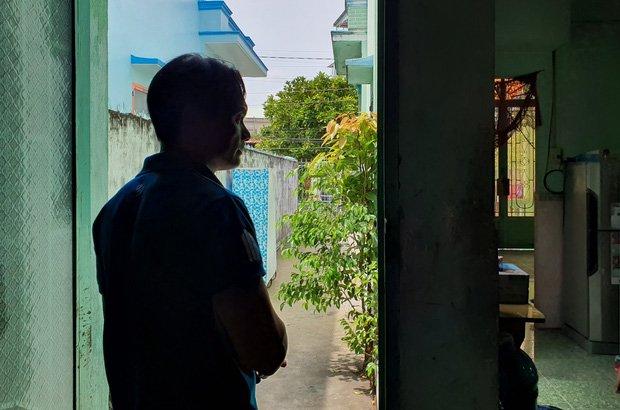 Vụ con gái đánh đập, đổ rác vào mặt mẹ già 88 tuổi ở Long An: Hàng xóm bật khóc khi xem clip, người cháu rể từ chối trả lời-5