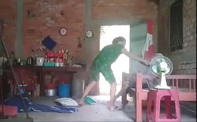 Vụ con gái đánh đập, đổ rác vào mặt mẹ già 88 tuổi ở Long An: Hàng xóm bật khóc khi xem clip, người cháu rể từ chối trả lời-8