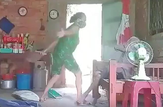Khởi tố, bắt tạm giam con gái đánh đập, xúc rác đổ lên đầu mẹ già ở Long An-2