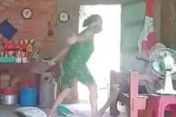 Khởi tố, bắt tạm giam con gái đánh đập, xúc rác đổ lên đầu mẹ già ở Long An