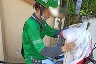 Nghẹn ngào với hình ảnh em bé 8 tháng tuổi nằm lọt thỏm trong chiếc xe máy, cùng cha mưu sinh trên đường mỗi ngày do hoàn cảnh khó khăn
