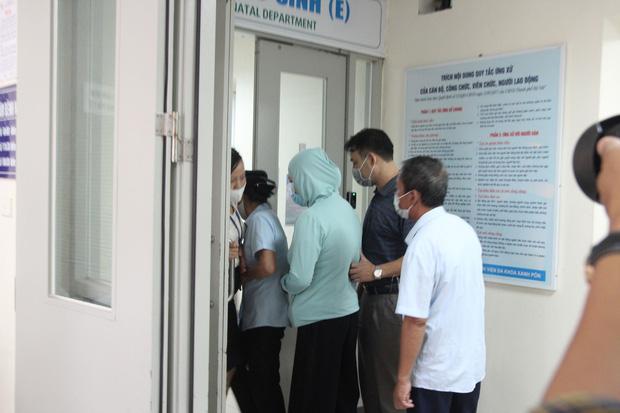 Hà Nội: Mẹ đẻ và khá đông người thân đã đến bệnh viện để đón nhận cháu bé bị bỏ rơi trong khe tường-2