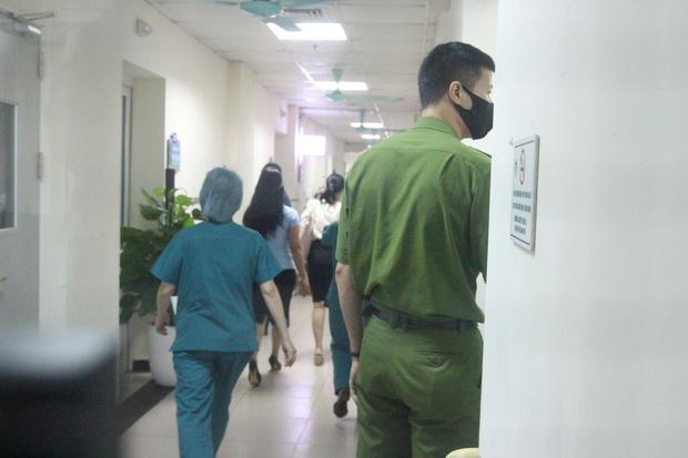 Hà Nội: Mẹ đẻ và khá đông người thân đã đến bệnh viện để đón nhận cháu bé bị bỏ rơi trong khe tường-3