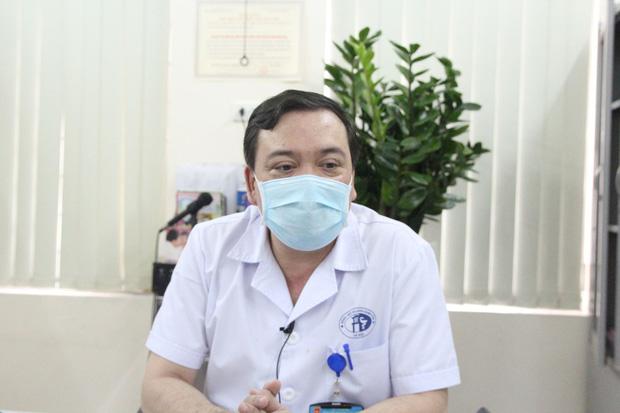 Hà Nội: Mẹ đẻ và khá đông người thân đã đến bệnh viện để đón nhận cháu bé bị bỏ rơi trong khe tường-4