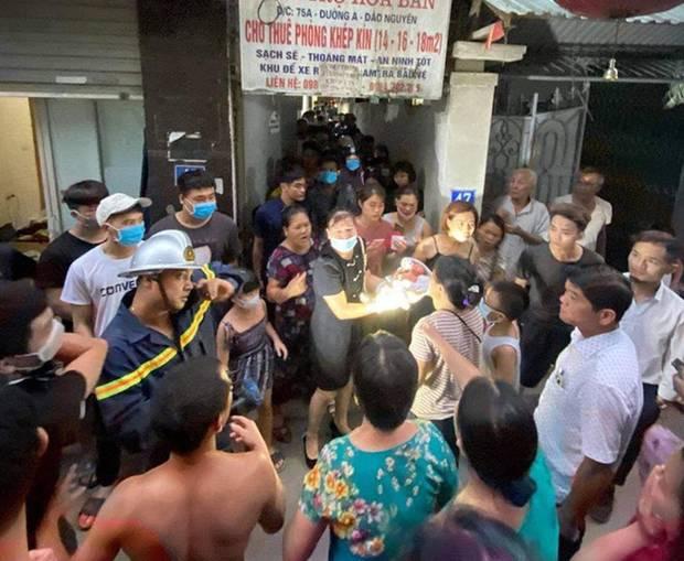 Hà Nội: Mẹ đẻ và khá đông người thân đã đến bệnh viện để đón nhận cháu bé bị bỏ rơi trong khe tường-5