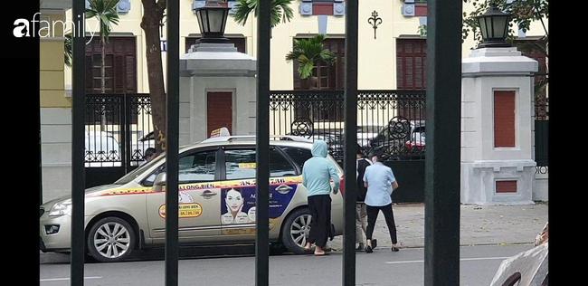 Cái kết đẹp vụ bé trai bị bỏ rơi trong khe tường ở Hà Nội: Ông bà ngoại rưng rưng ôm cháu vào lòng, mong con gái được cộng đồng tha thứ-4
