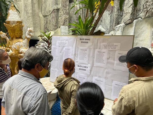 """Người dân đến nhận dạng tro cốt tại chùa Kỳ Quang 2: Tôi vỡ oà vui sướng khi tìm được hũ cốt của người thân""""-1"""