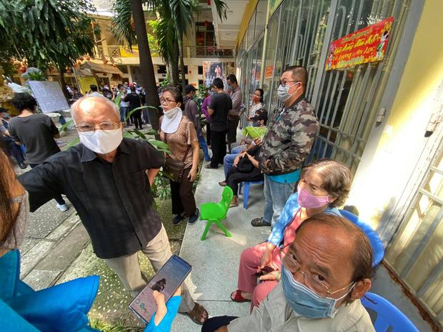 """Người dân đến nhận dạng tro cốt tại chùa Kỳ Quang 2: Tôi vỡ oà vui sướng khi tìm được hũ cốt của người thân""""-4"""