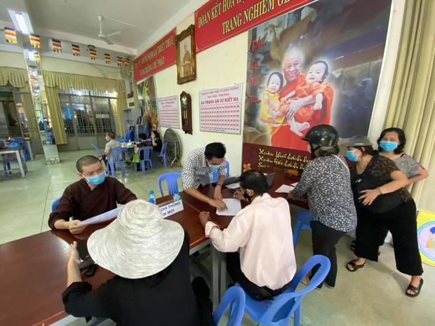 """Người dân đến nhận dạng tro cốt tại chùa Kỳ Quang 2: Tôi vỡ oà vui sướng khi tìm được hũ cốt của người thân""""-5"""