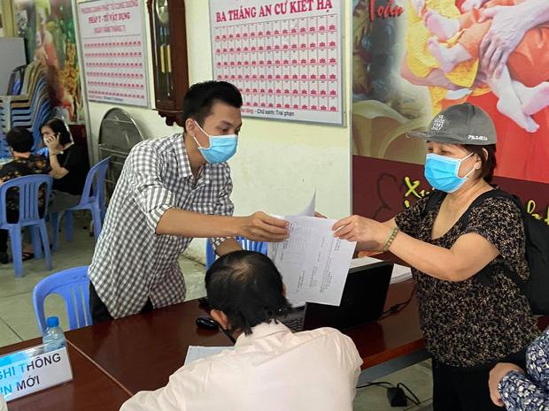 """Người dân đến nhận dạng tro cốt tại chùa Kỳ Quang 2: Tôi vỡ oà vui sướng khi tìm được hũ cốt của người thân""""-6"""