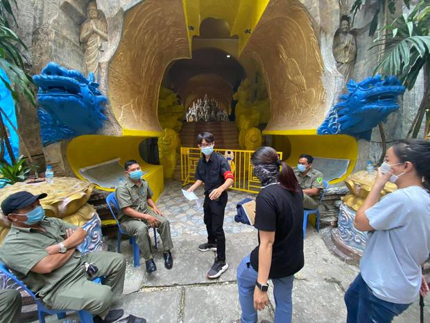 """Người dân đến nhận dạng tro cốt tại chùa Kỳ Quang 2: Tôi vỡ oà vui sướng khi tìm được hũ cốt của người thân""""-8"""