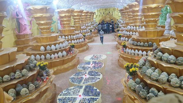 """Người dân đến nhận dạng tro cốt tại chùa Kỳ Quang 2: Tôi vỡ oà vui sướng khi tìm được hũ cốt của người thân""""-9"""