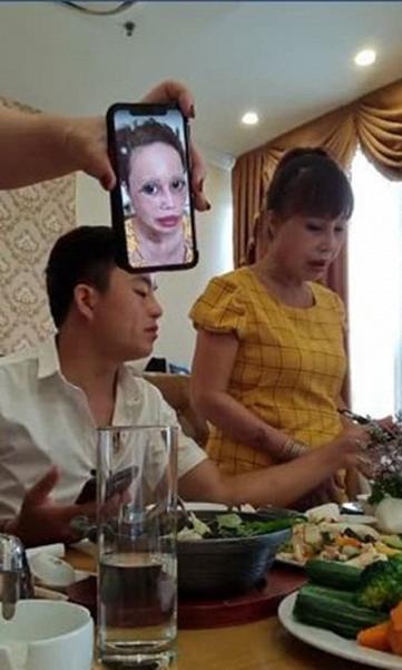 """Bức xúc vì bị dân mạng sửa ảnh đến biến dạng, cô dâu 63 tuổi livestream chọc tức"""" cộng đồng mạng: Càng ném đá tôi càng được nhiều tiền""""-3"""