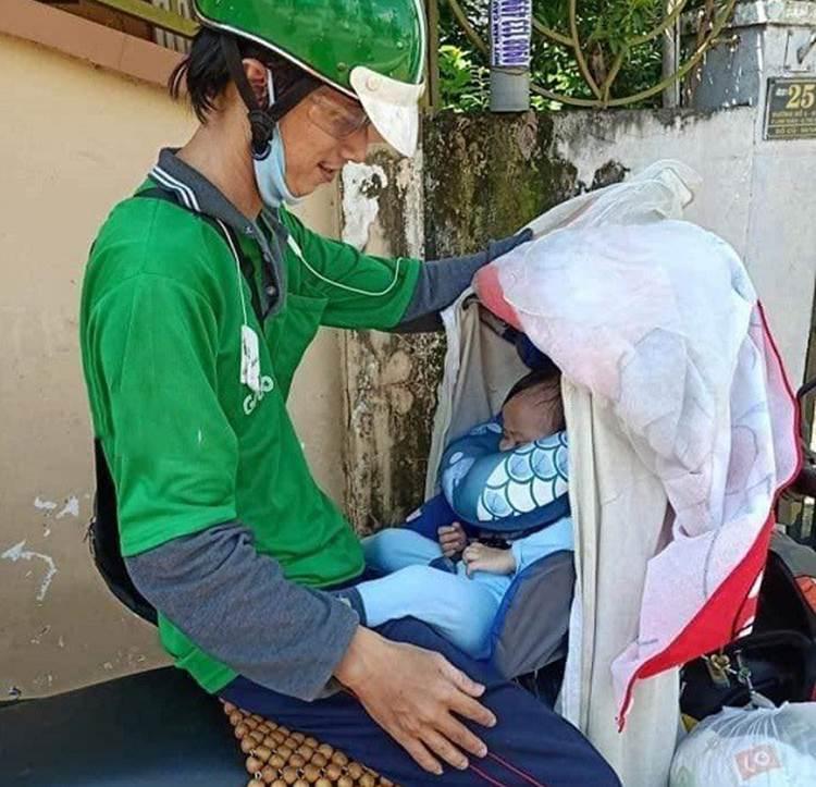 Bố địu con chạy xe ôm: Có người bảo tôi diễn sâu, lợi dụng con để mọi người thương hại-1