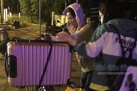 Cảnh người mẹ nghèo dậy sớm chuẩn bị, run run thắt chặt vali đồ đạc cho con gái lên đường nhập học được share rần rần trên mạng