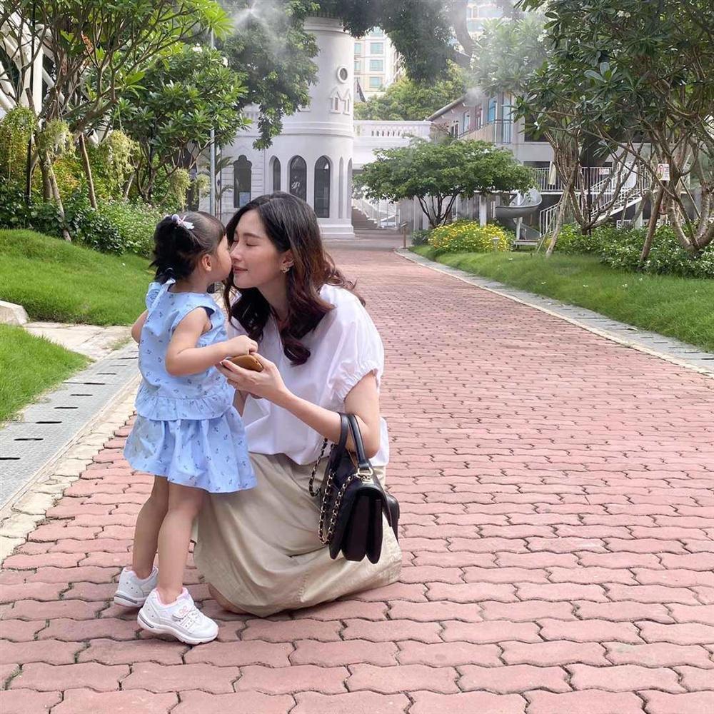 Mới hơn 2 tuổi, con gái xinh như búp bê của HH Đặng Thu Thảo đã đối đáp khéo léo-4