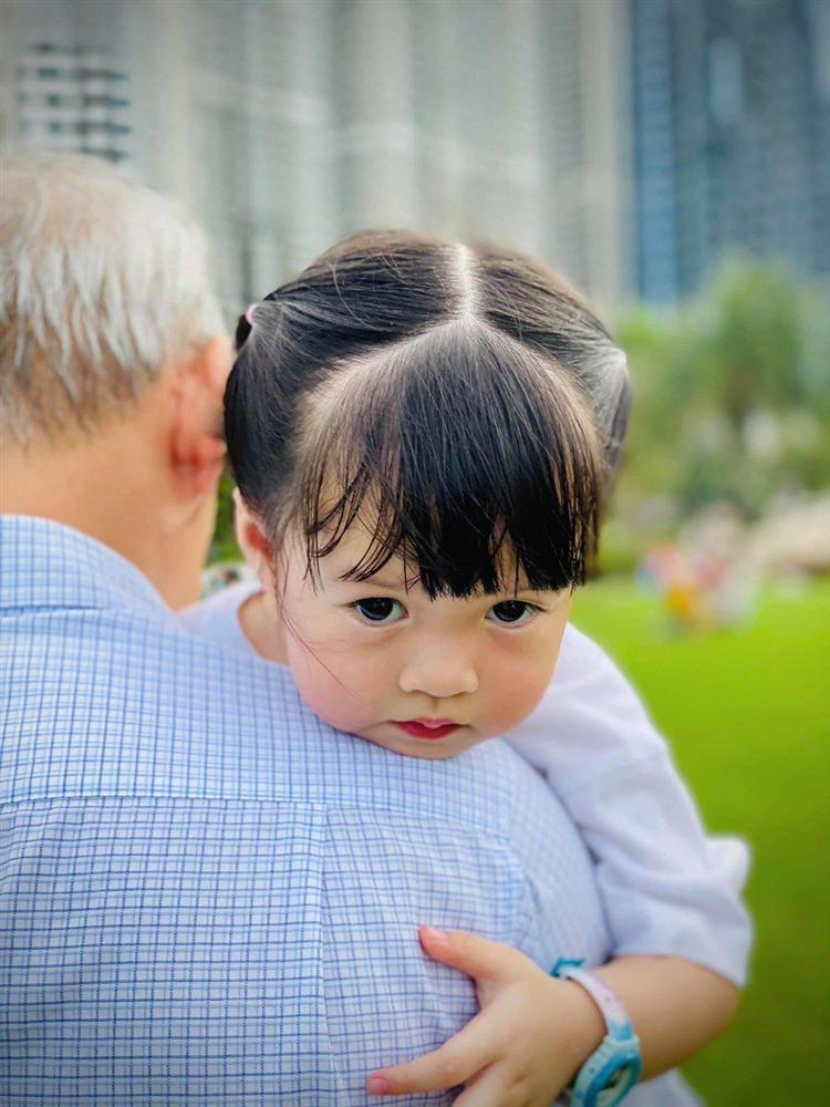 Mới hơn 2 tuổi, con gái xinh như búp bê của HH Đặng Thu Thảo đã đối đáp khéo léo-6